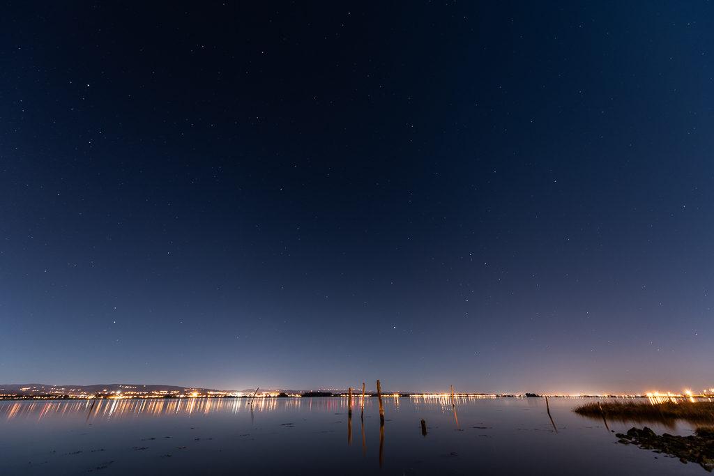 Lumières de la ville sur le fleuve Alveiro au Portugal pendant un voyage en van