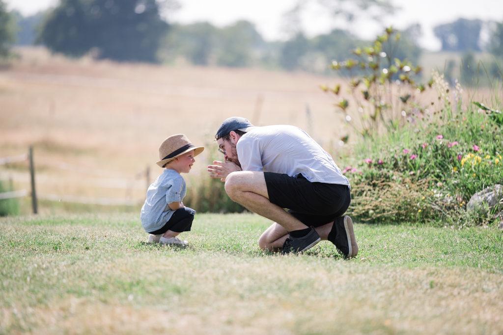 Un ami des parents passant un moment avec leur enfant