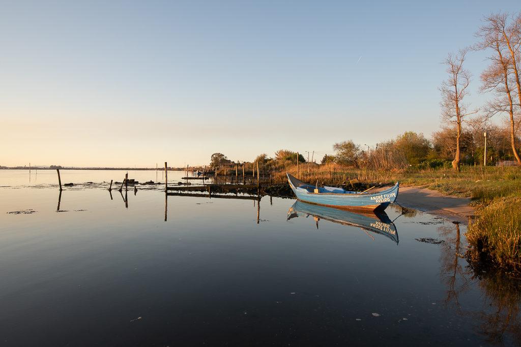 photo d'une barque prise pendant un voyage en van en europe