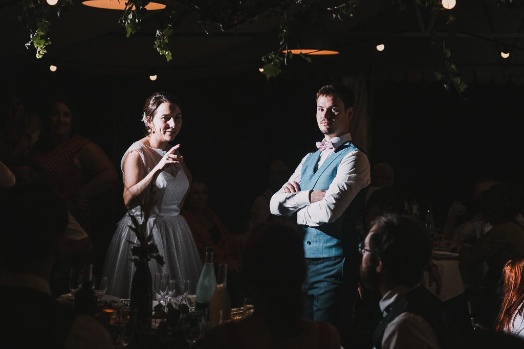 Les mariés essayant de trouver le point commun entre les invités s'étant levés