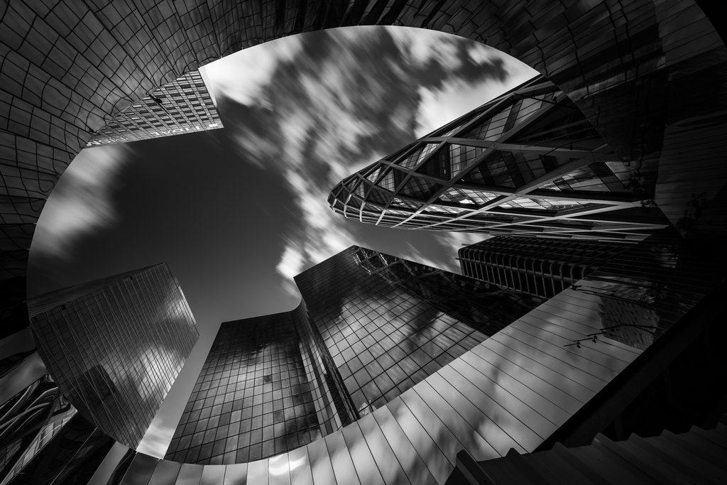 Ciel au milieu du béton à La Défense à Paris, photo en noir et blanc
