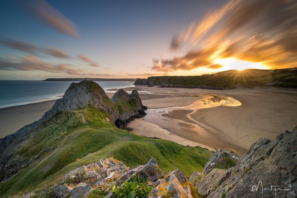 coucher de soleil sur des falaises galoises