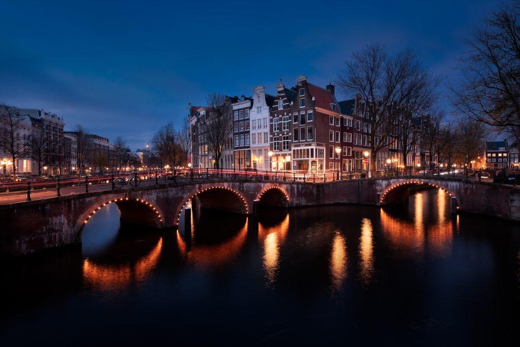 Canaux d'Amsterdam à l'heure bleue