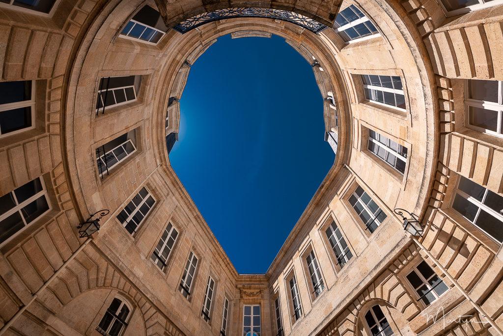 Forme de ciel bleu se découpant entre des bâtiments