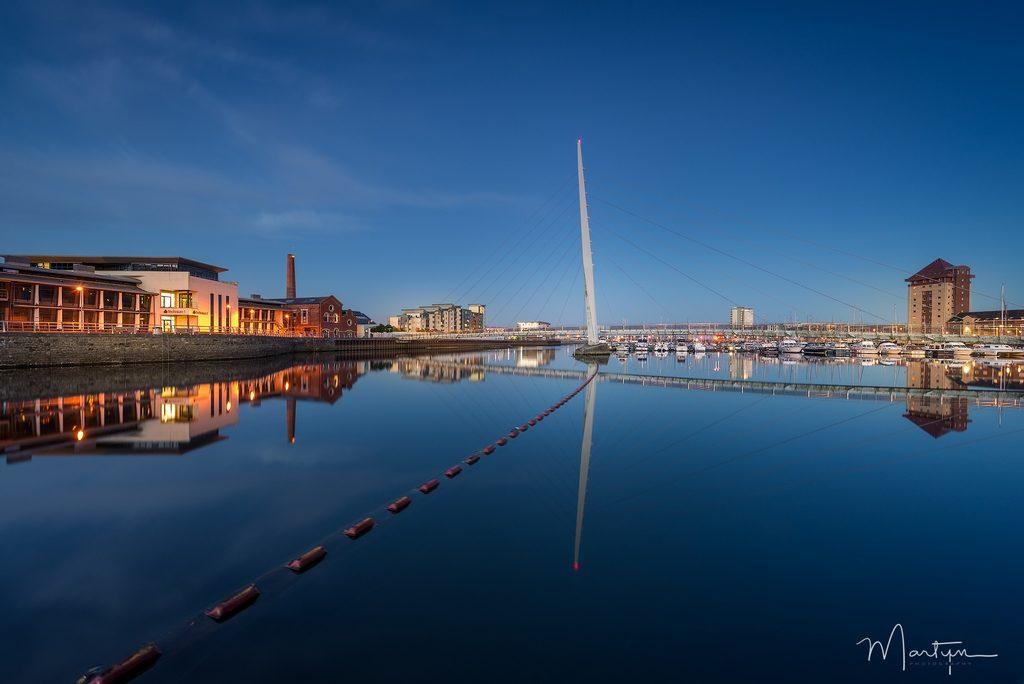 marina à Swansea au pays de galles à l'heure bleue