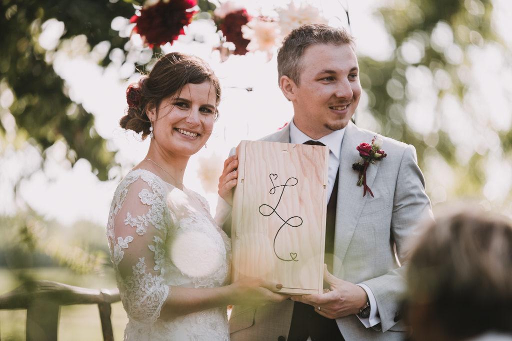 couple de mariés montrant leur capsule temporelle à leurs invités