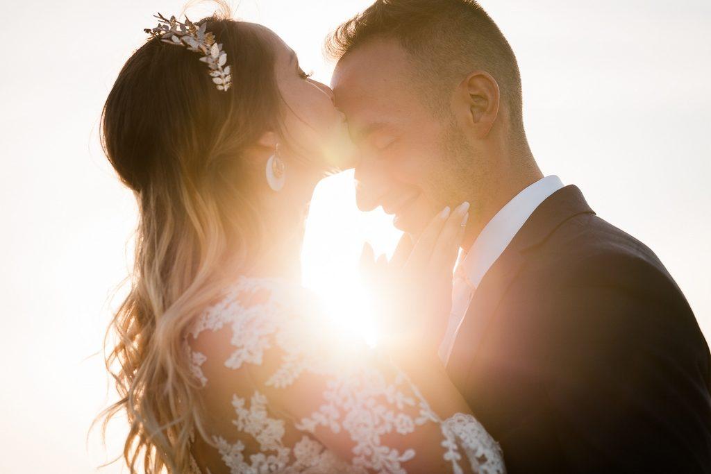 photo de couple à l'heure dorée, prise pendant un mariage
