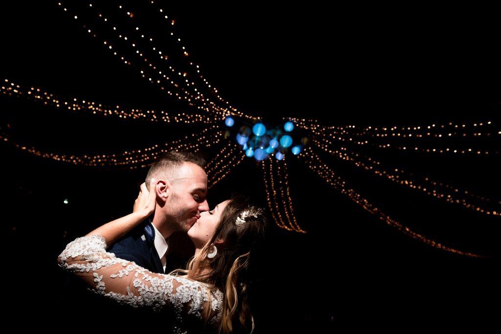 Première danse d'un couple de mariés sous un plafond de lumières lors d'un mariage en Isère