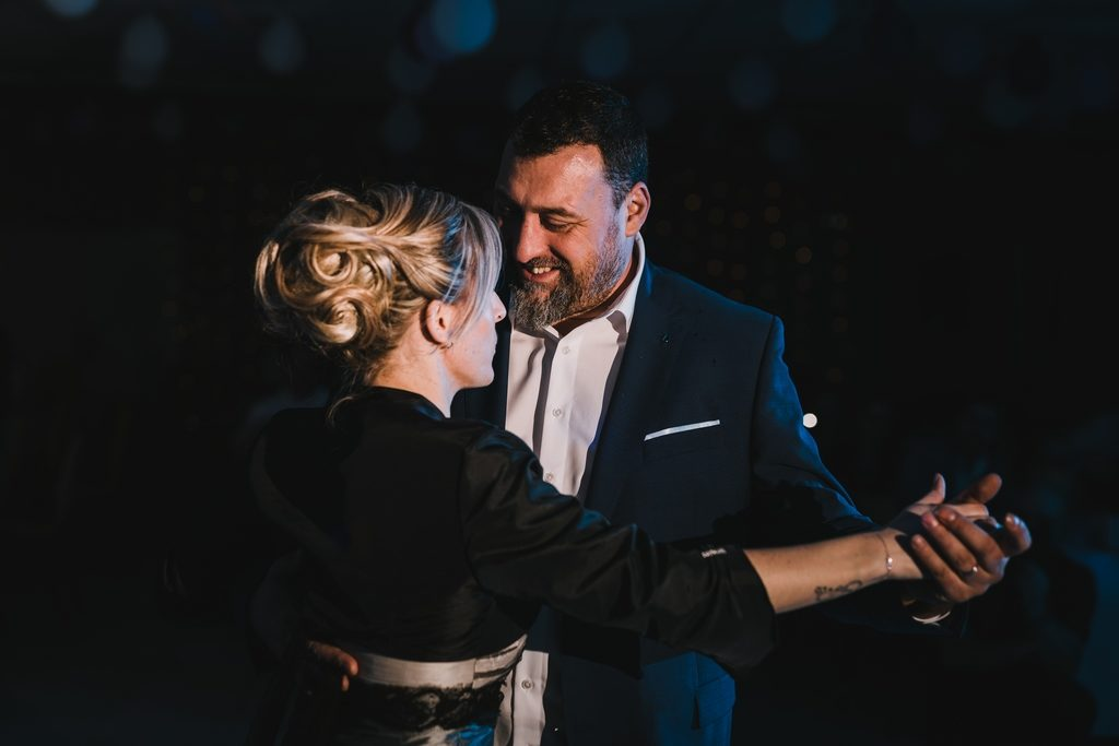 Couple de mariés pendant leur première danse dans la Manche