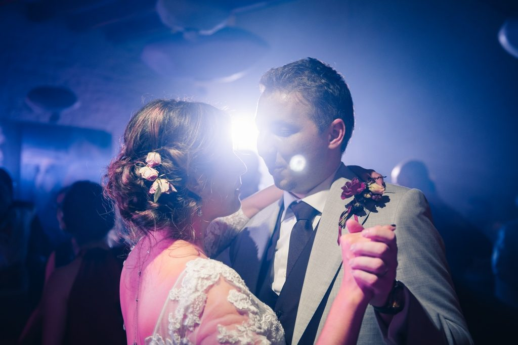 couple de mariés pendant la première danse au domaine de Quincampoix