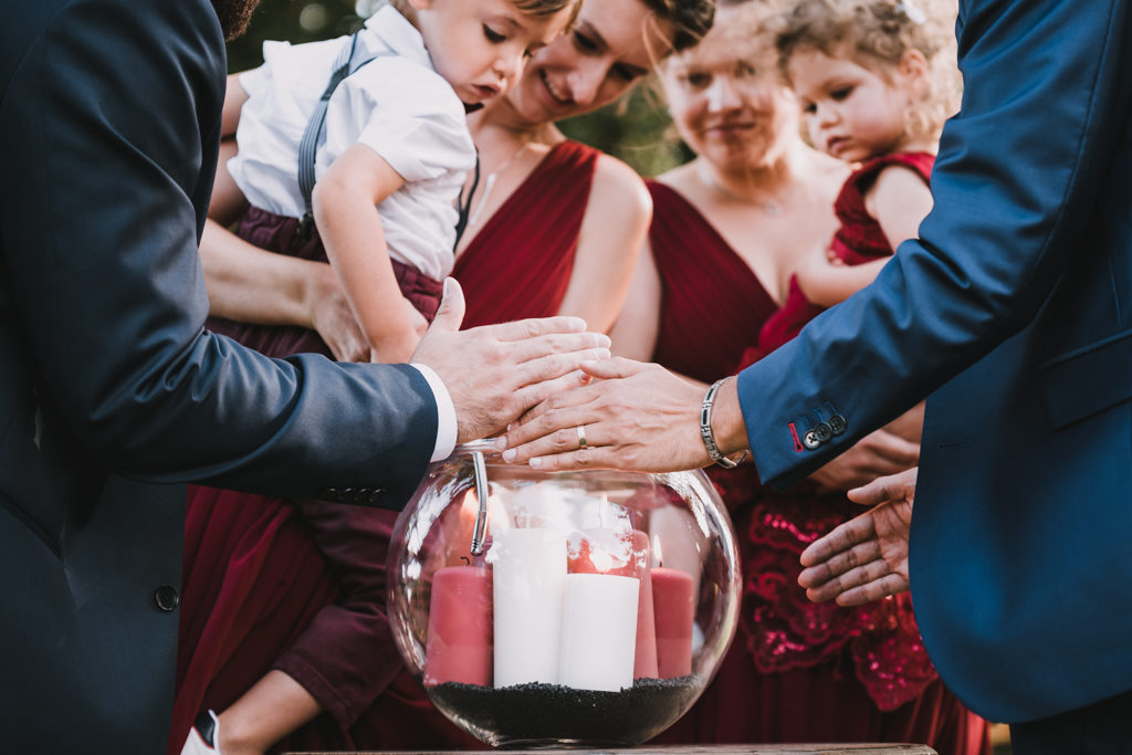 Enfants en train d'allumer des bougies pendant une cérémonie laïque de mariage