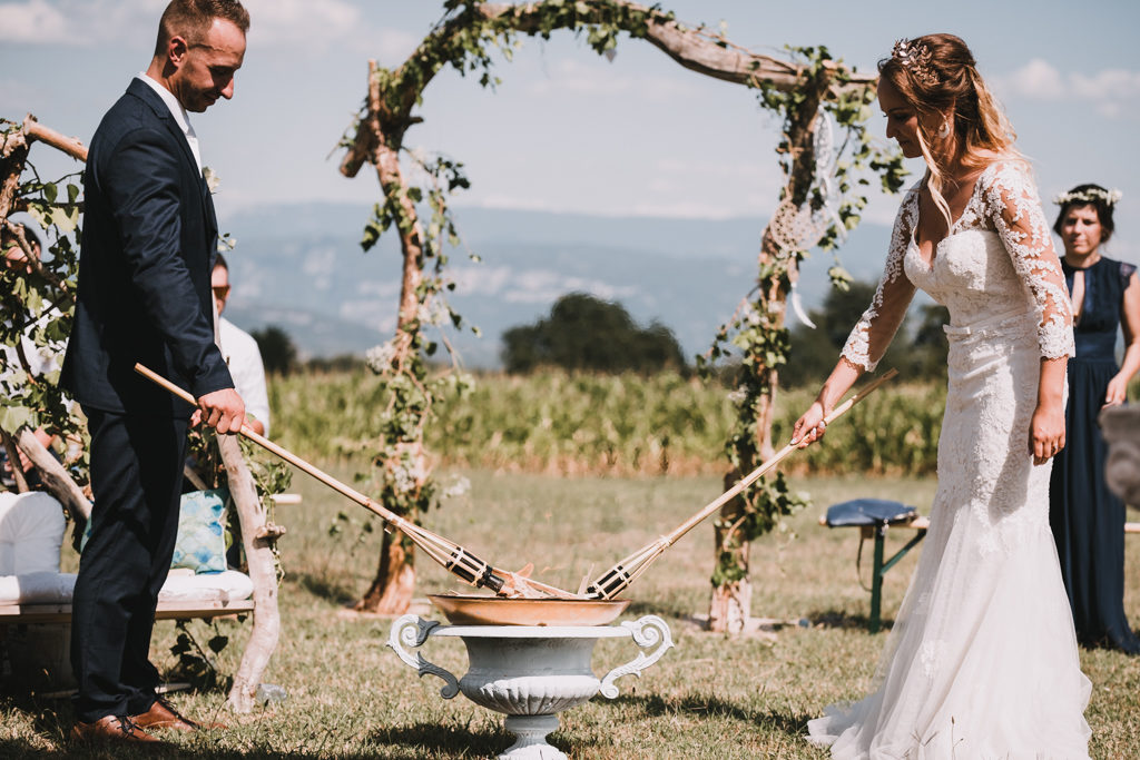 Couple de mariés allumant un brasier, symbole de leur foyer