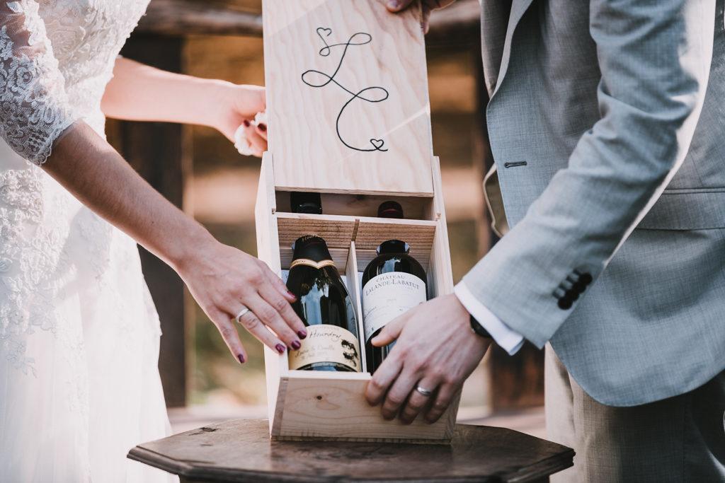 couple de mariés fermant une boite à vin