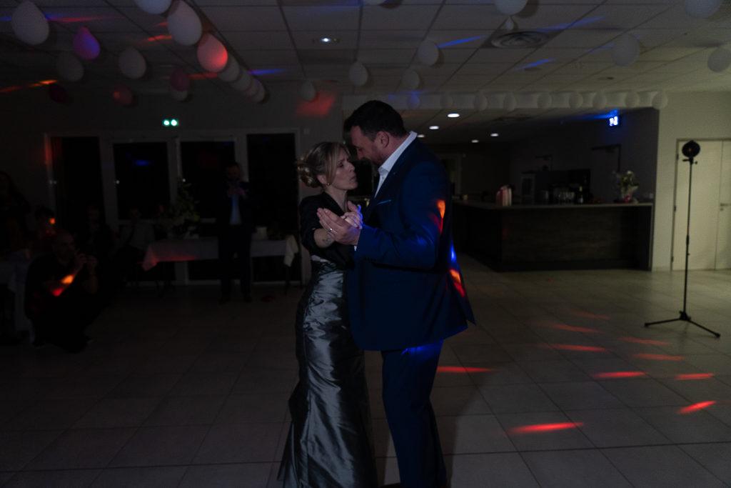 Couple de marié·es pendant la première danse. Photo non professionnelle