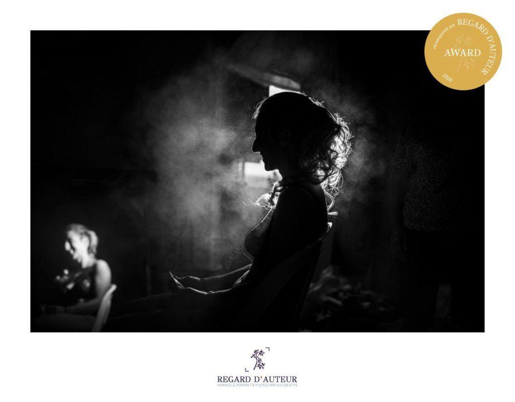 award concours regard d'auteur : photo d'une mariée pendant ses préparatifs, avec son reflet dans le miroir et une lumière détachant sa silhouette et le nuage de laque