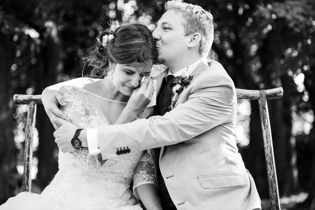 Couple de marié·es ému·es par la surprise que leur ont faite leurs invité·es