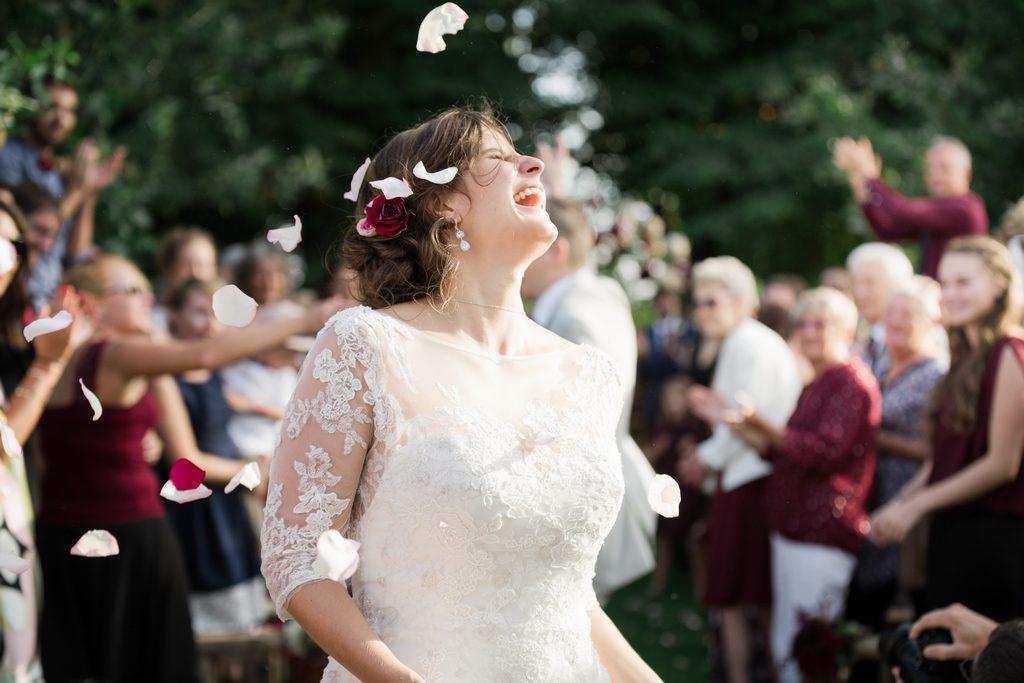 Mariée à la sortie de la cérémonie laïque