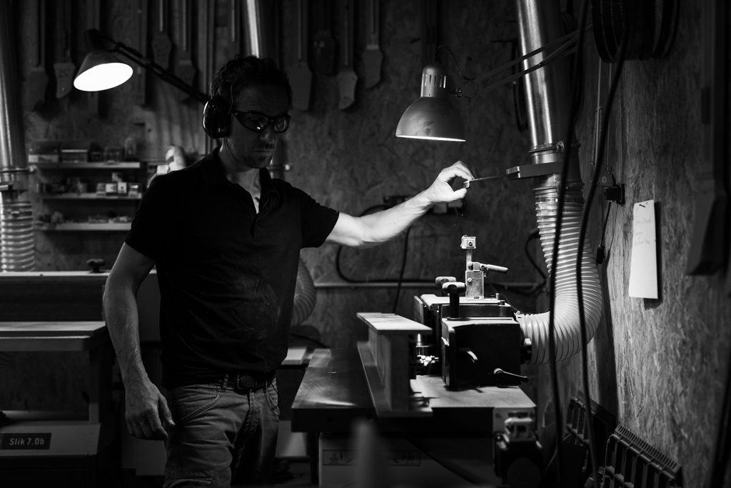 Luthier allumant une hotte d'aspiration