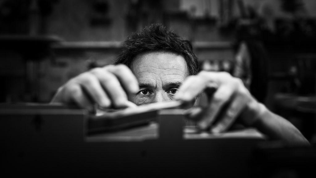 luthier concentré sur son travail