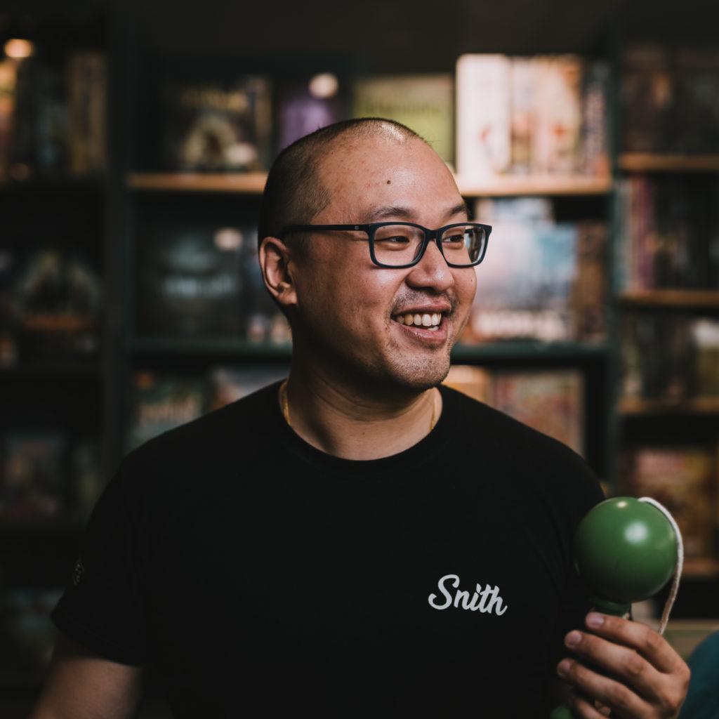 portrait d'un vendeur de boutique de jouets portant un bilboquet