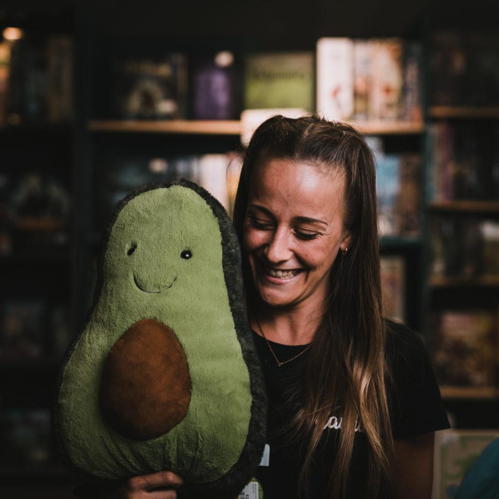 portrait d'une jeune vendeuse de boutique de jouets