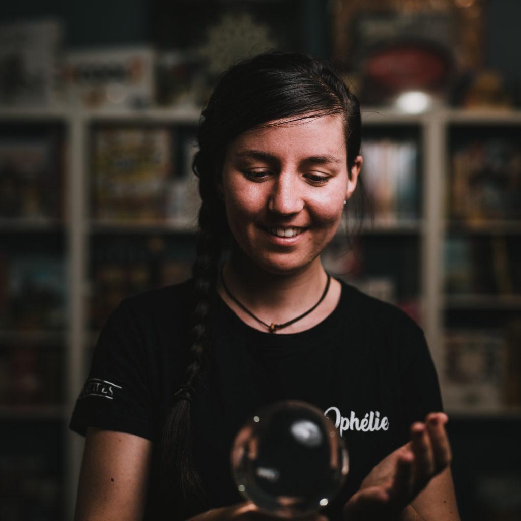 portrait d'une responsable d'un magasin de jonglage