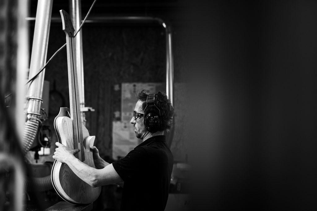 luthier vérifiant le travail effectué