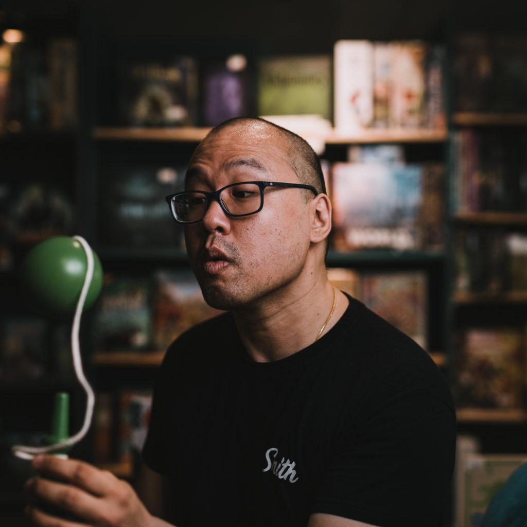 portrait d'un vendeur de magasin de jouets