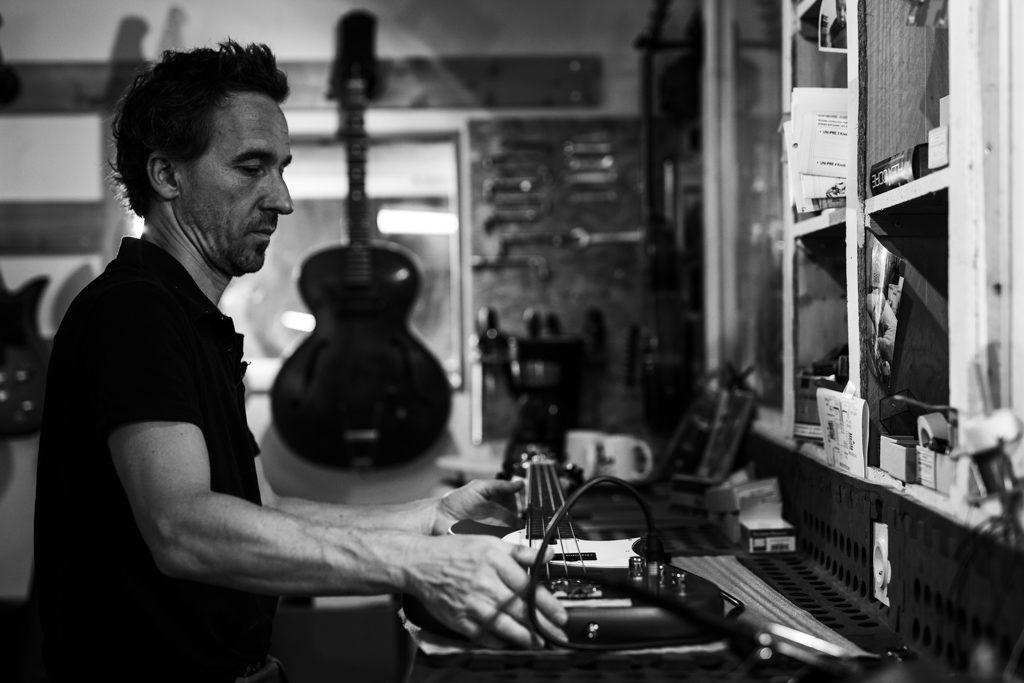 luthier en train d'accorder une basse