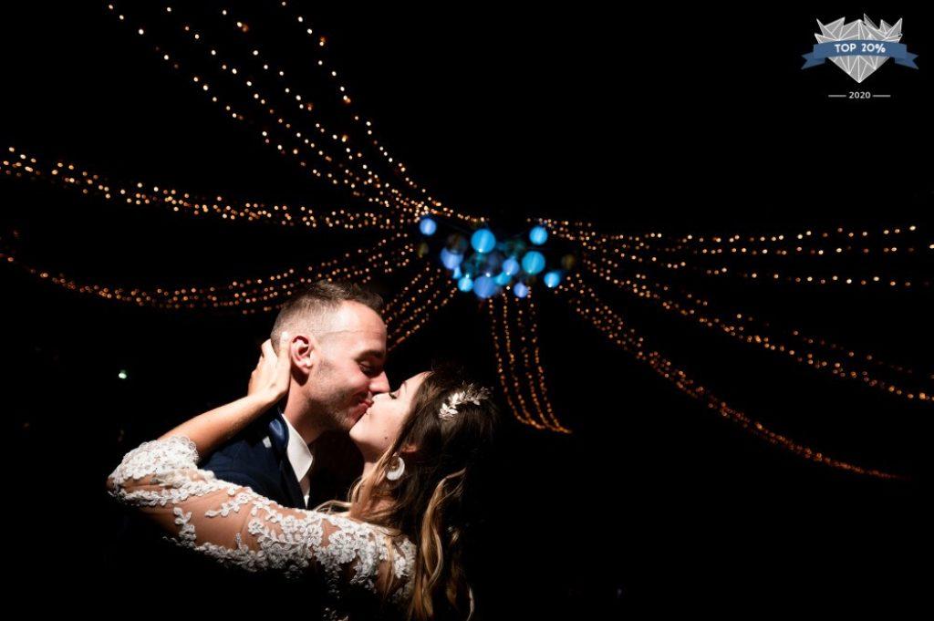 Couple de marié·es s'embrassant pendant leur première danse