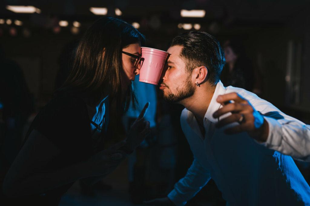 Photo en couleurs d'un couple pendant un jeu de mariage