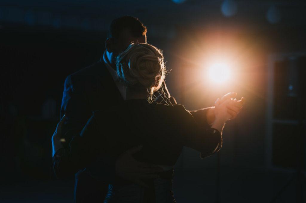 Photo en couleurs d'une première danse de mariage