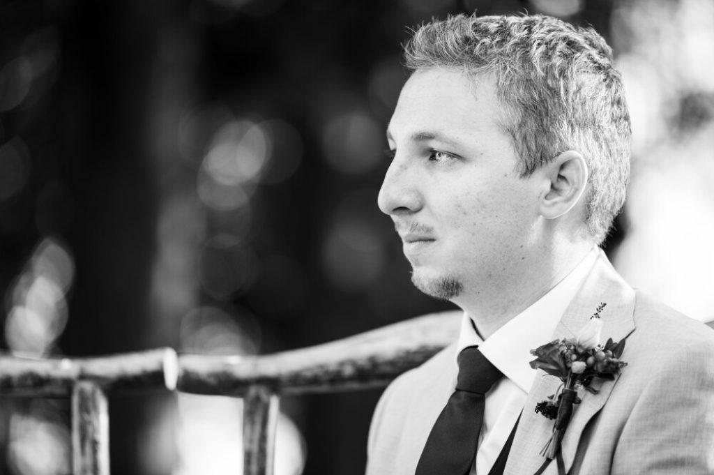 photo en noir et blanc d'un marié pendant une cérémonie laïque