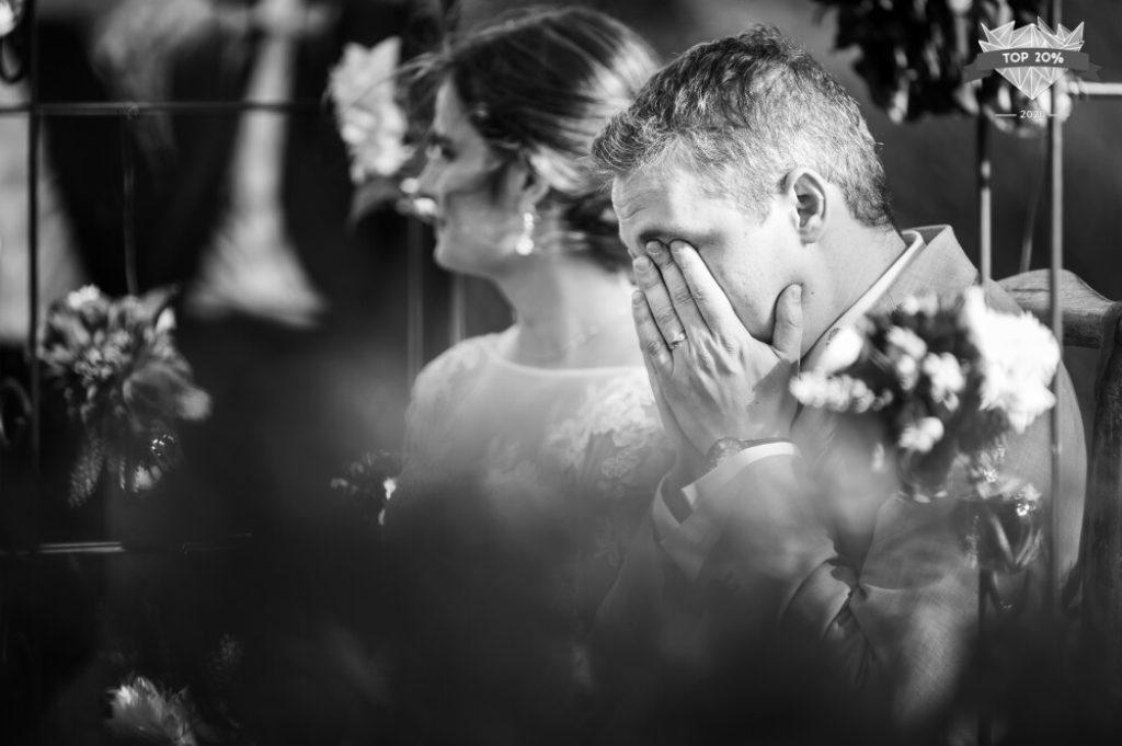 Marié en pleurs pendant la cérémonie laïque
