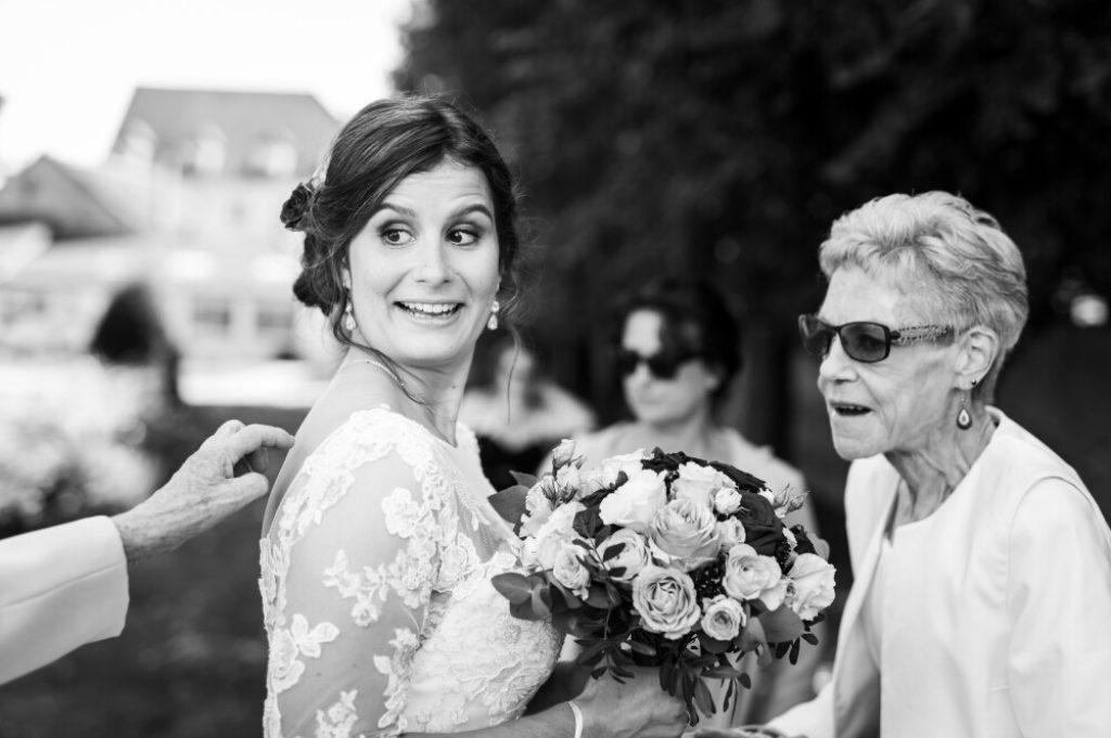 Photo en noir et blanc d'une mariée devant la mairie