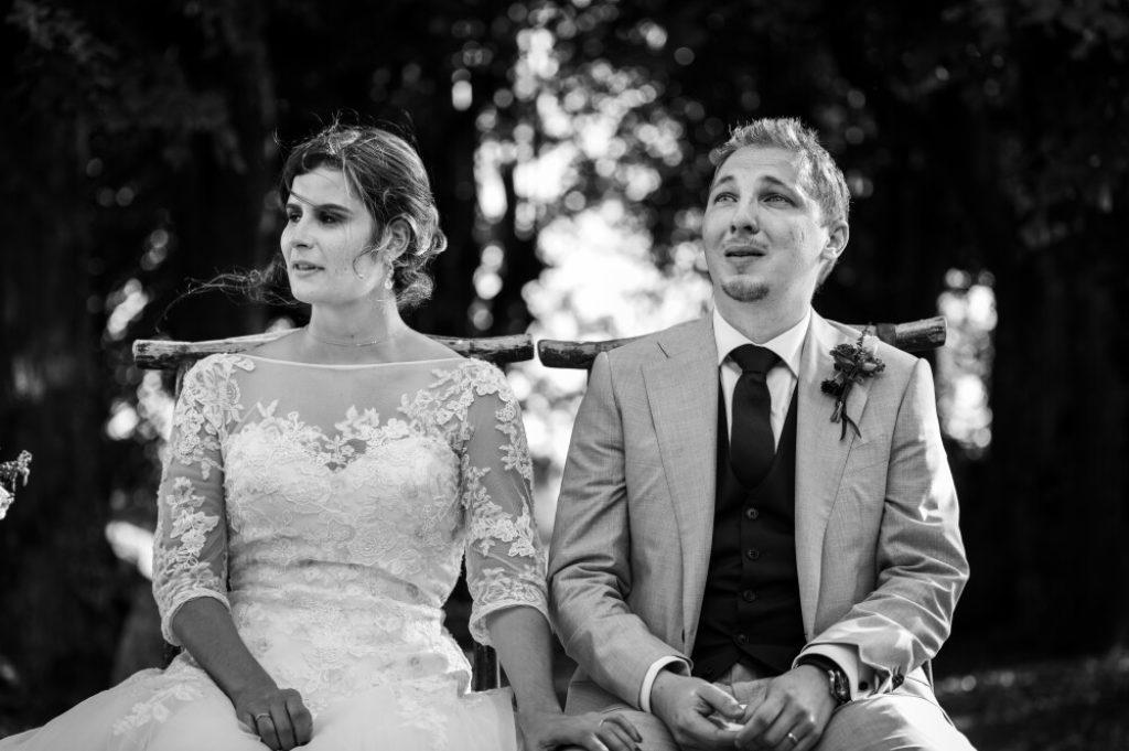 photo en noir et blanc d'un couple en larmes pendant une cérémonie laïque de mariage