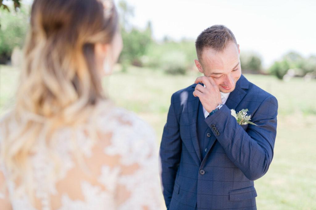 Photo en couleurs d'un couple pendant la séance découverte. Le marié pleure.