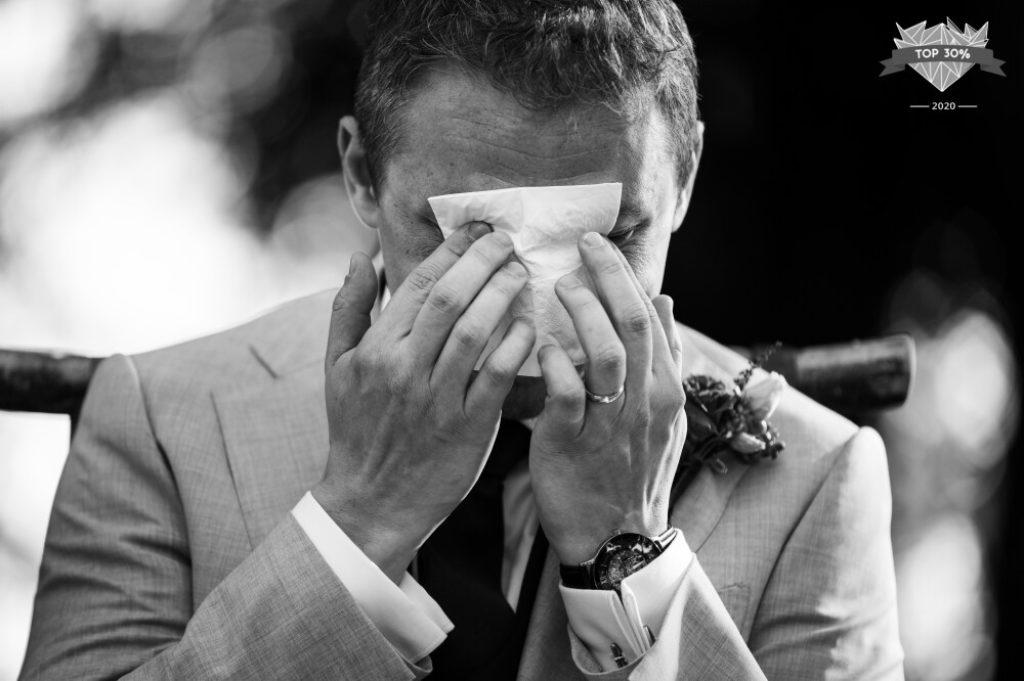 Marié pleurant pendant une cérémonie laïque