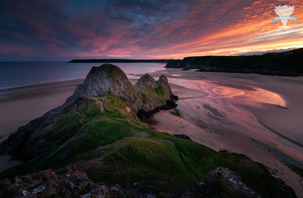 Photo de paysage finaliste d'un concours photo : falaises de three cliffs bay au pays de galles