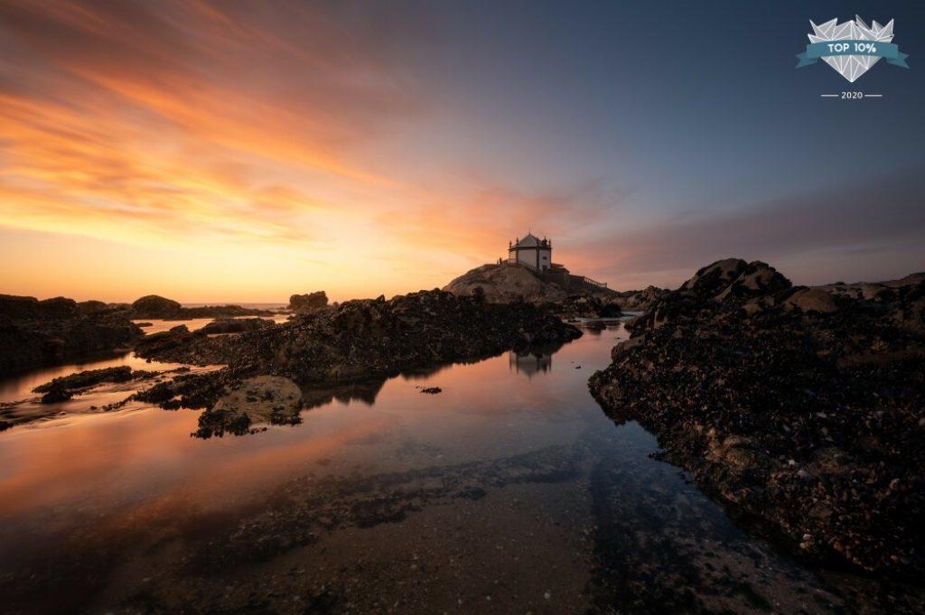 Chapelle sur la plage au portugal
