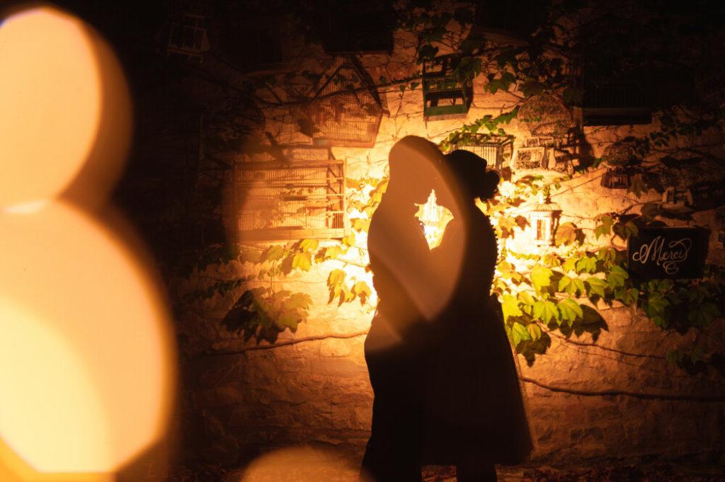 Photo en ombres et en lumière d'un couple de marié·es