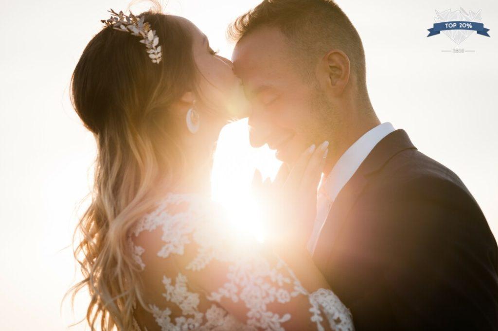 Photo d'un couple de marié·es à l'heure dorée