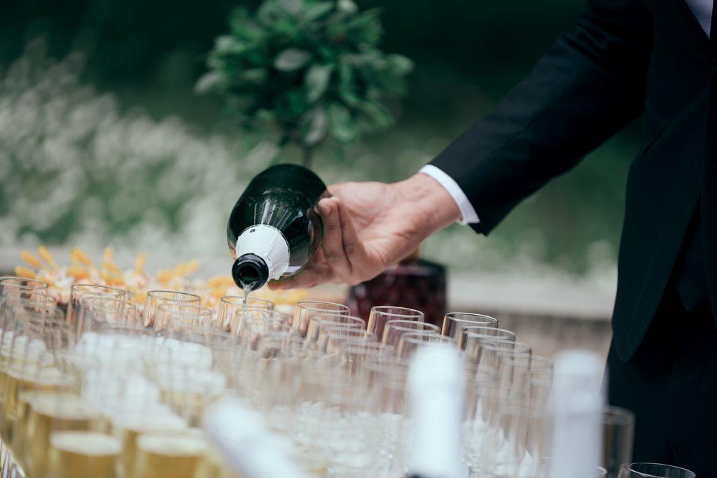 traiteur en train de servir le champagne pendant le vin d'honneur