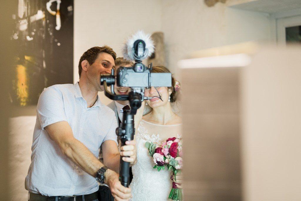 vidéaste de mariage en selfie avec les mariés