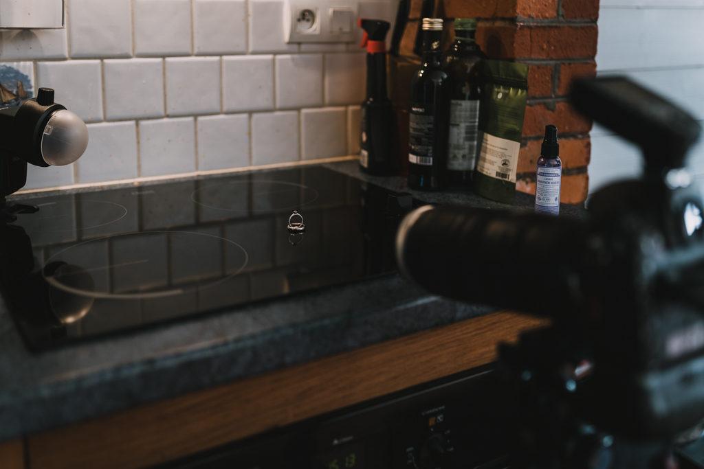 backstage d'une photo d'alliances prise dans une cuisine