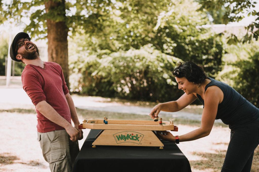 deux personnes jouant au weykick