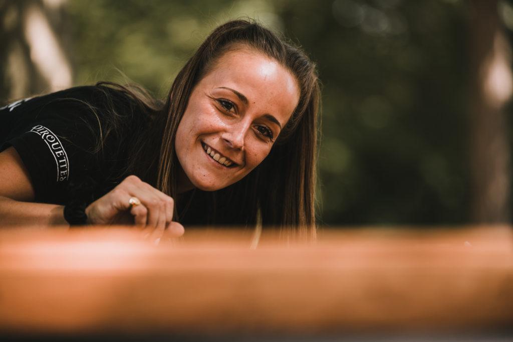 jeune femme jouant à un jeu géant en bois