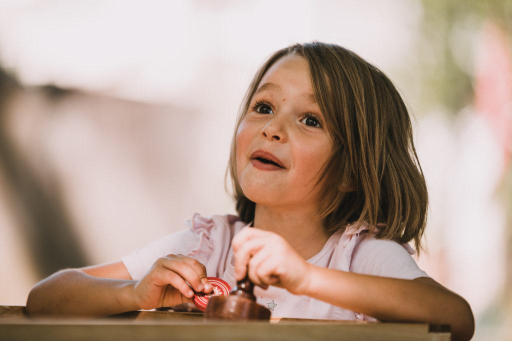 petite fille jouant à un jeu en bois