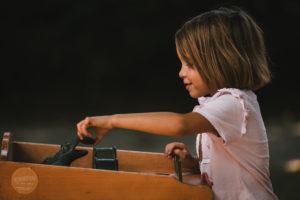 petite fille jouant au jeu de la grenouille