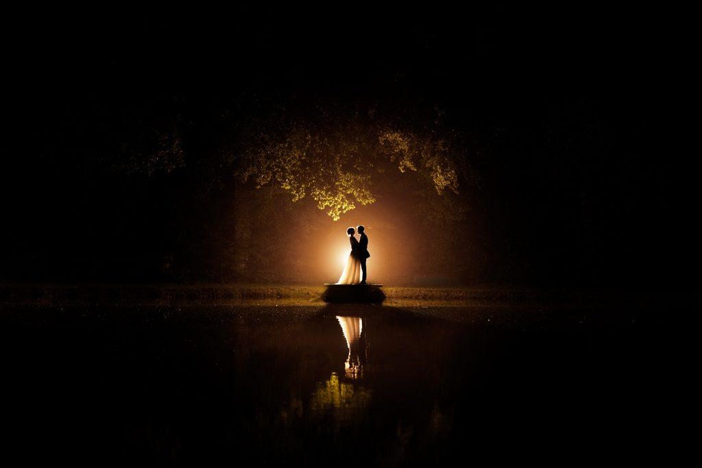 Photo d'un couple de mariés en ombres chinoises sur un petit ponton lors d'un mariage en normandie